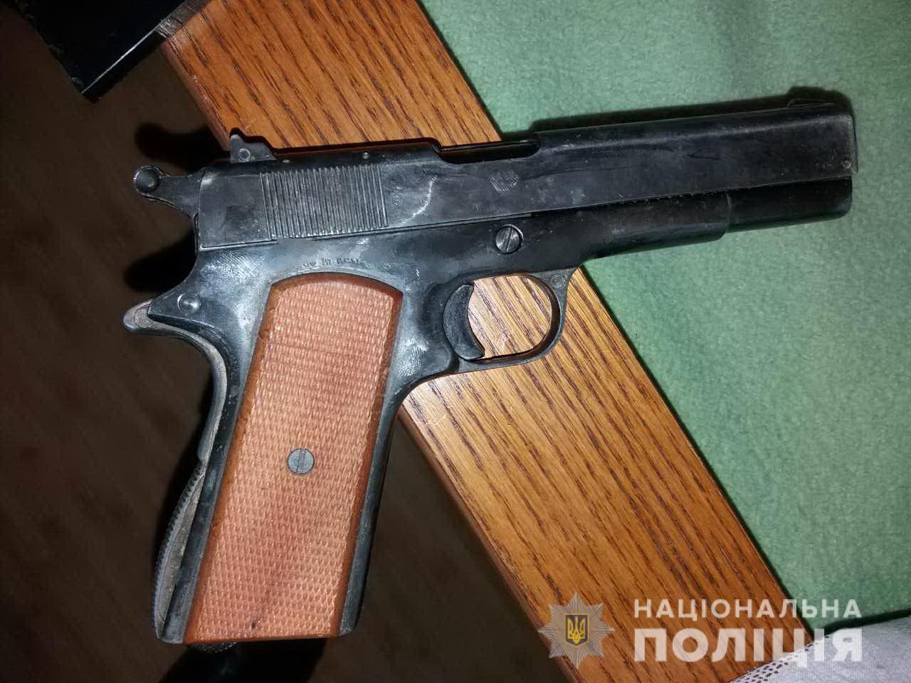 У жителя Іршави знайшли чимало зброї, зокрема пістолет і ножі
