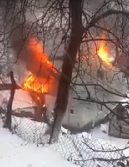 З'явилось відео з місця смертельної пожежі у Довгому, у якій заживо згоріла жінка