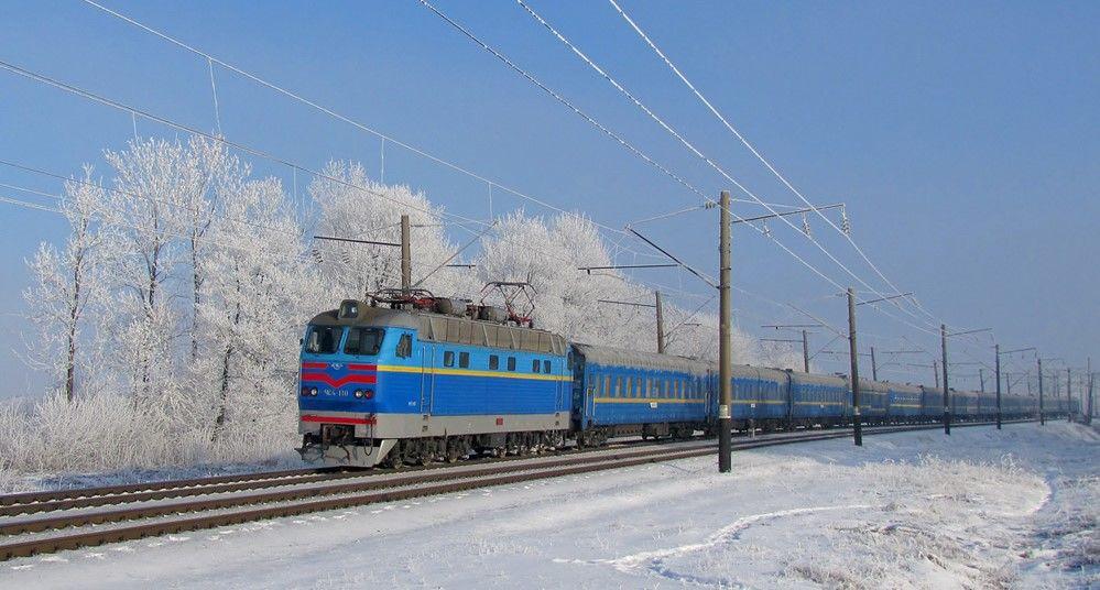 Пасажирський потяг Рахів-Київ простояв кілька годин у полі на Тернопільщині
