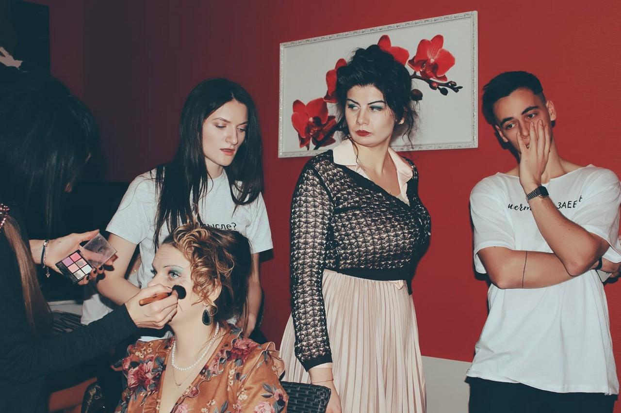"""Уродженка Закарпаття разом із друзями створила новорічну пародію на пісню """"Мама, я танцую"""""""