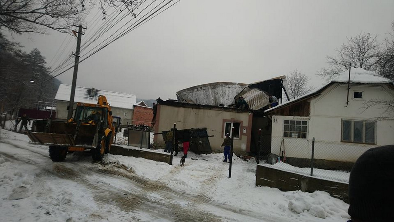 У селі Довге, що на Іршавщині люди допомагають родині, яка днями втратила найдорожчу людину