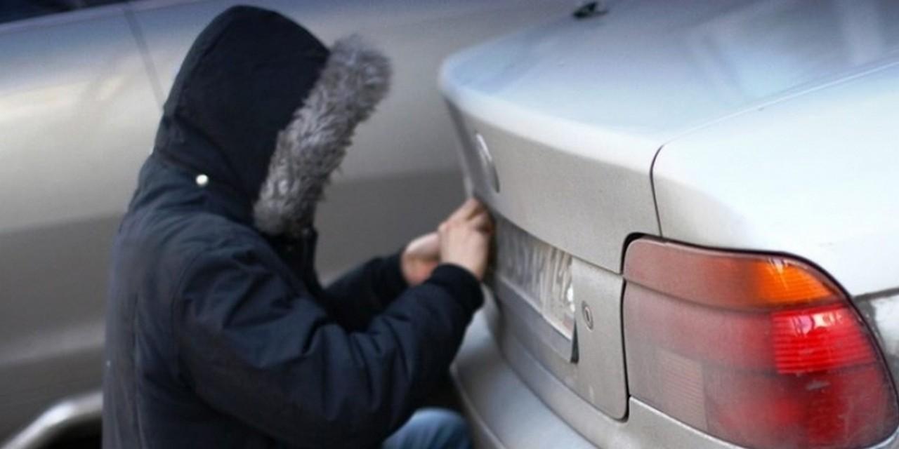 Сьогодні вранці патрульні затримали крадійку номерних знаків в Ужгороді