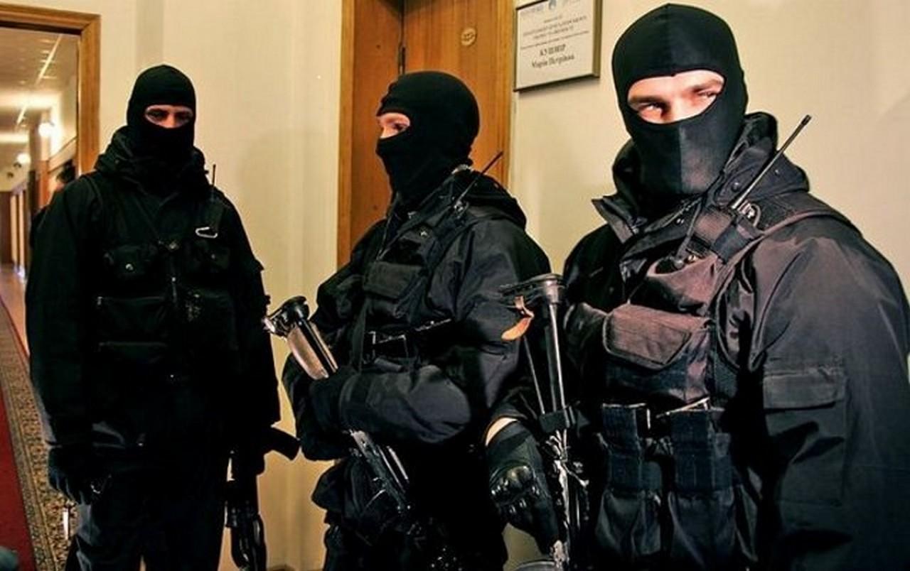 Півмільйона доларів і золоті злитки вилучили під час обшуків у кількох областях України