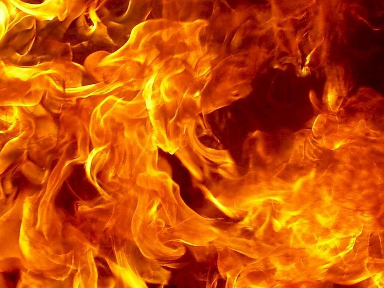 В Ужгороді посеред ночі спалахнула пожежа у закинутій будівлі