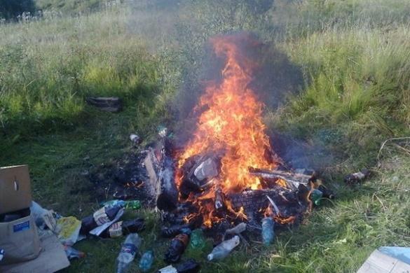 Спалюючи побутове сміття пролунав вибух: за життя жінки борються лікарі