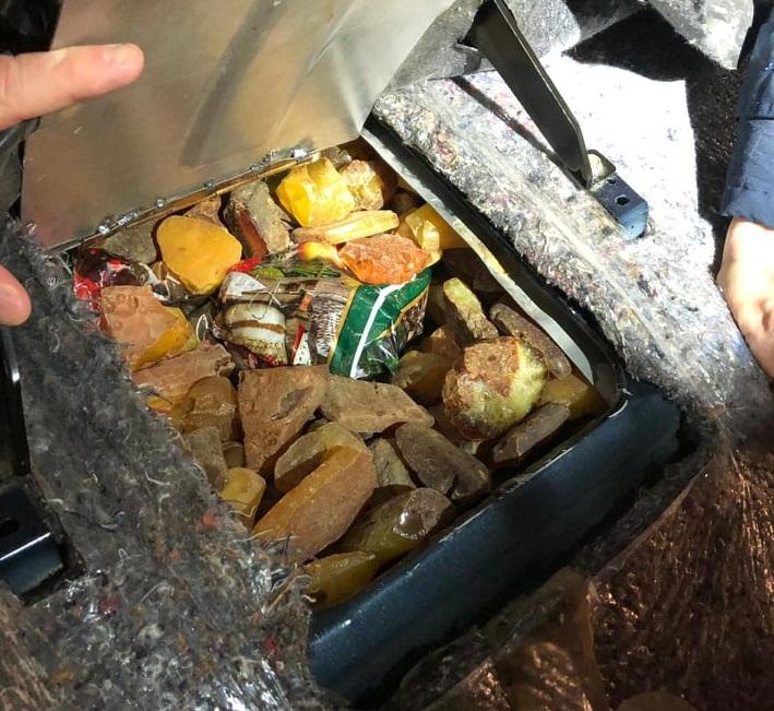 Українець заховав у Мерседесі майже 25 кг бурштину