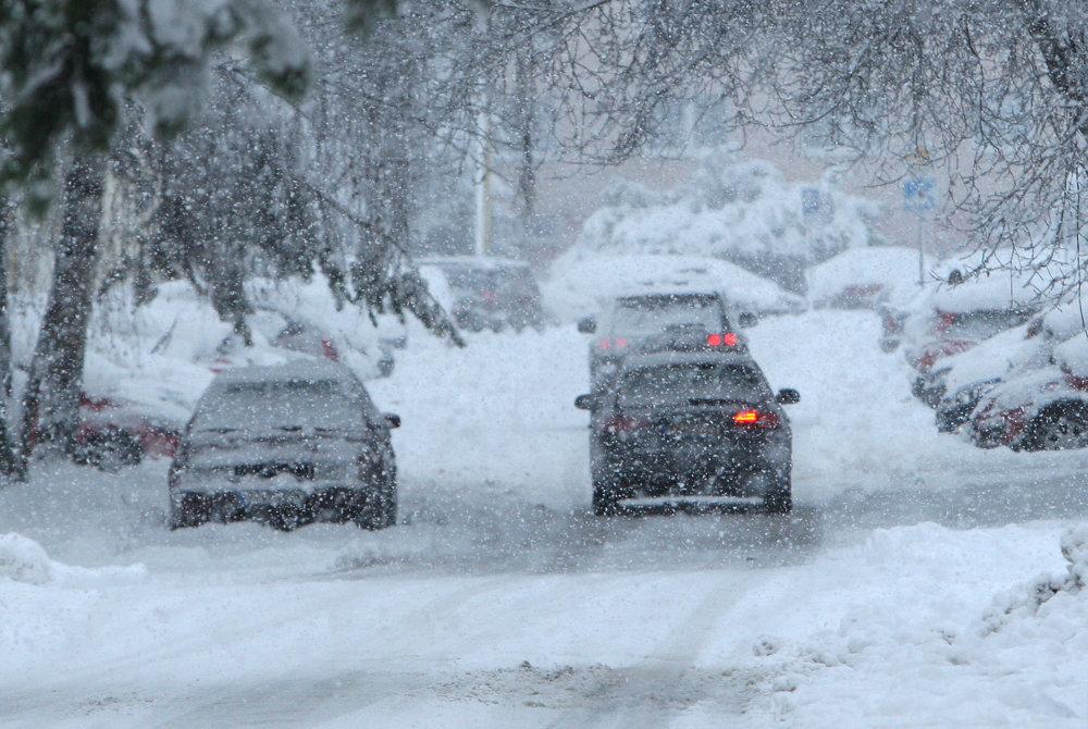 Через снігопад на Закарпатті ускладнений проїзд автотранспорту