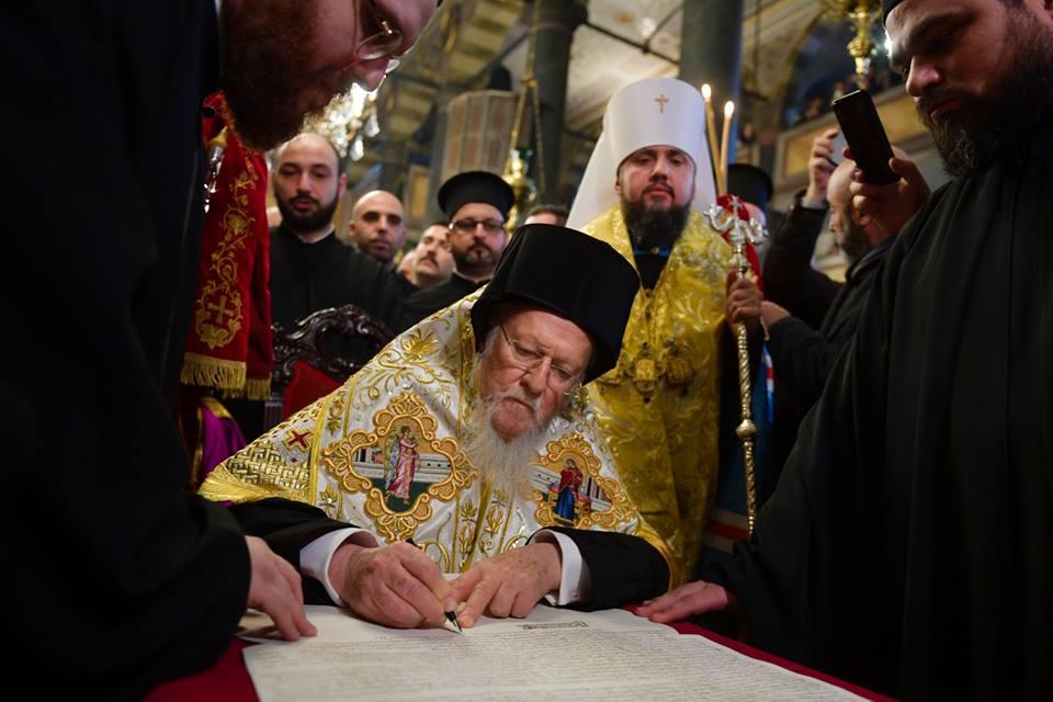Україна отримала Томос: митрополиту Епіфанію вручили документ про Автокефалію Православної Церкви України