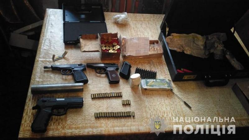 Під час обшуку у хлопця знайшли чимало зброї