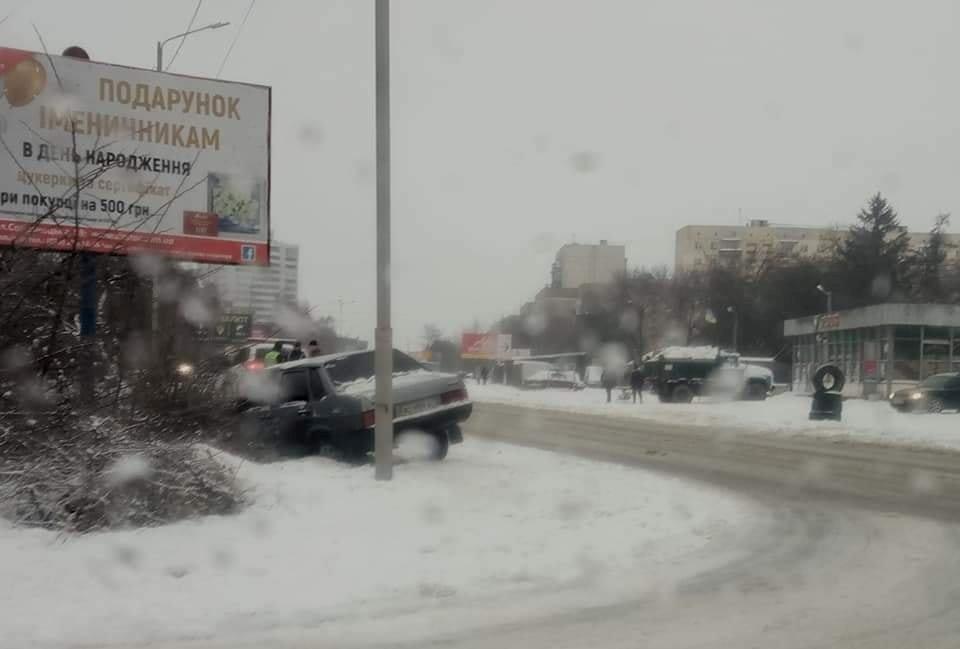 В Ужгороді через нечищені дороги автомобіль опинився у кюветі і ледь не врізався у стовп