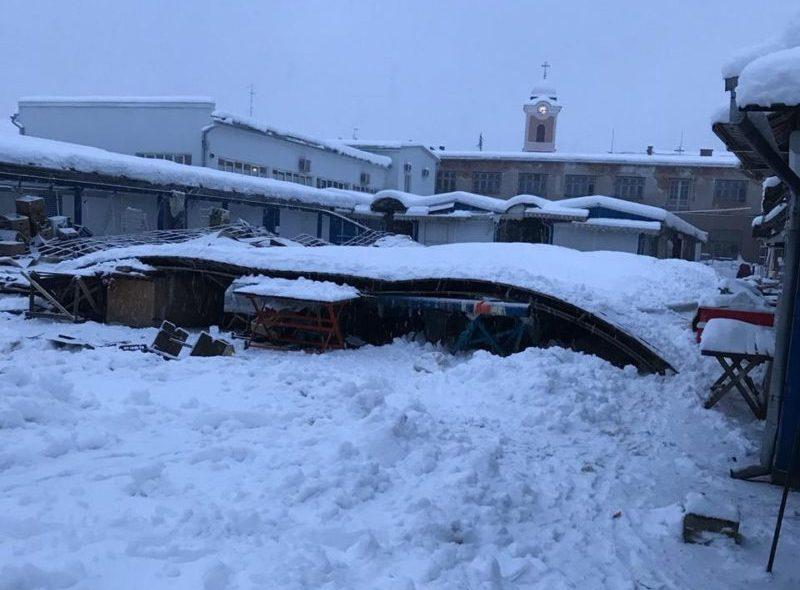 ЗМІ повідомляють, що у Хусті під вагою снігу завалився торговий павільйон