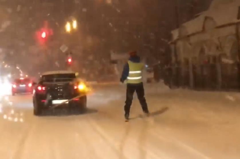Цієї ночі вулицями Ужгорода гасав чоловік на лижах