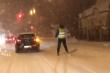 Вночі вулицями Ужгорода гасав чоловік на лижах