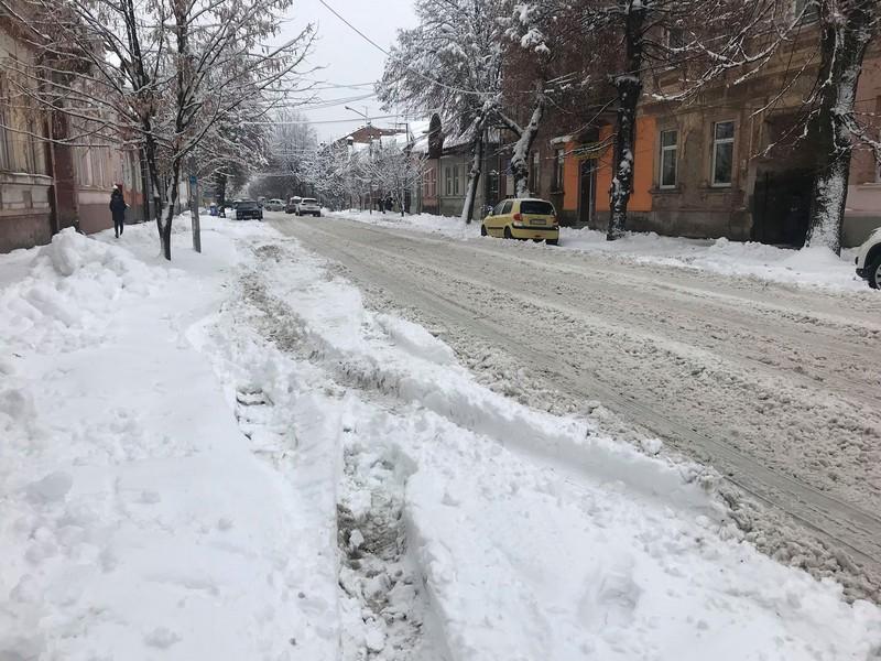 Наслідки нічного снігопаду у Мукачеві: реакція соцмереж