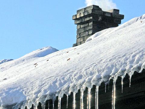 Наслідки снігопаду: в Ужгороді обвалилася частина даху багатоповерхівки