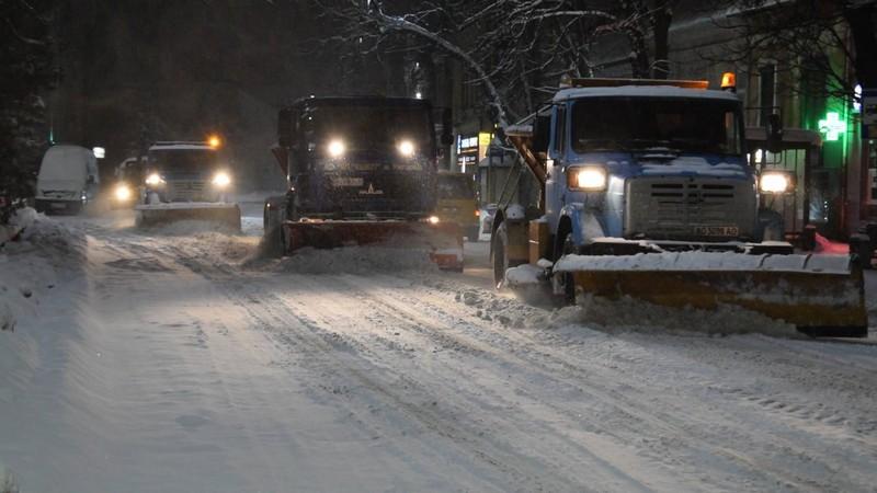 В Ужгороді всю ніч спецтехніка розчищала дороги від снігу