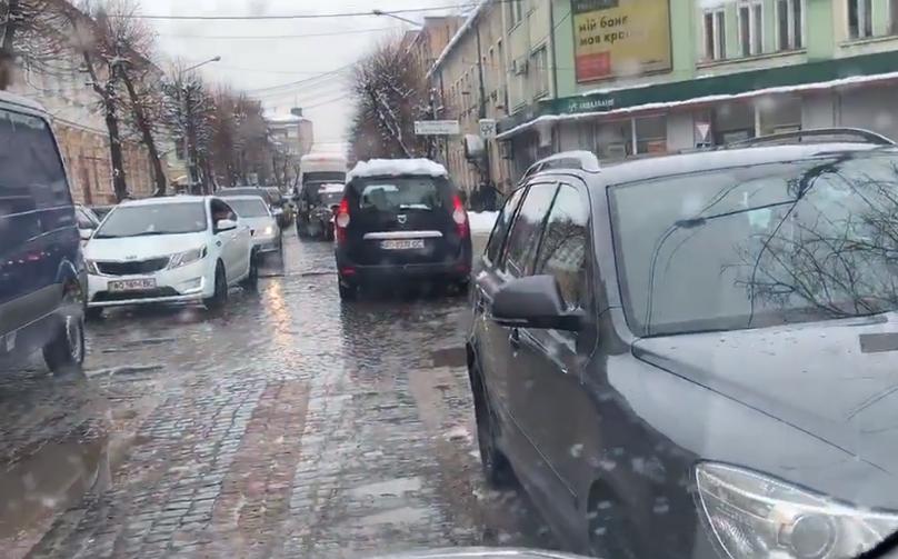 """Що сьогодні коїлося по вулиці Ярослава Мудрого у Мукачеві через """"водіїв-оленів"""": опубліковано відео"""
