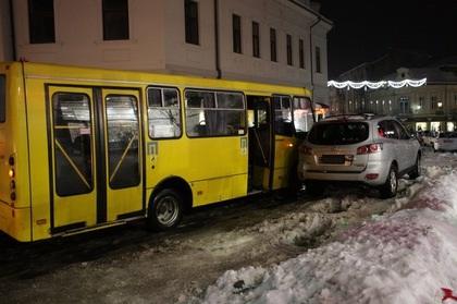 В Ужгороді сталася ДТП за участі міського автобуса