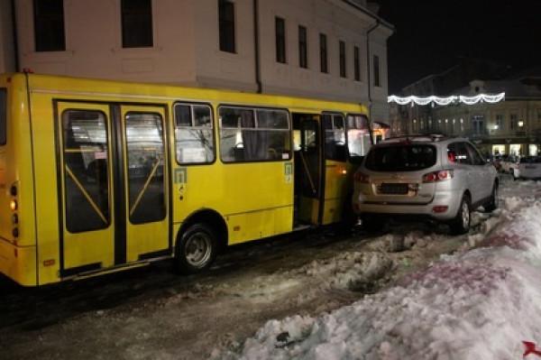 В Ужгороді сталася ДТП за участі автобуса