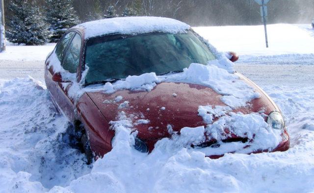 За добу на дорогах Закарпаття у снігову пастку потрапило 25 машин