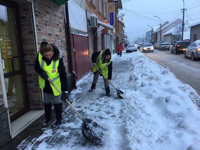 У Мукачеві сьогодні понад 50 прибиральників розчищають тротуари від снігу