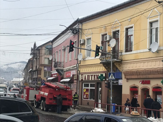 У центрі Мукачева горить дах багатоквартирного будинку