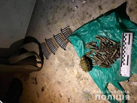 Тротилові шашки, граната і набої: поліцейські вилучили арсенал зброї