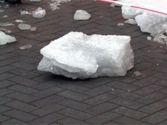 У Мукачеві на вулиці Маргітича на чоловіка із даху впала брила снігу. Йому шили голову