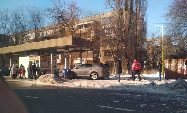 В Ужгороді зіткнулися два авто: одне з них влетіло в автобусну зупинку на вулиці Минайській