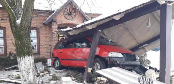 """На трасі """"Київ-Чоп"""" сталась ДТП: внаслідок зіткнення автівку відкинуло в будівлю кафе"""
