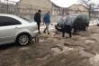 На Закарпатті після суспільного розголосу голова села пішов засипати ями на дорозі