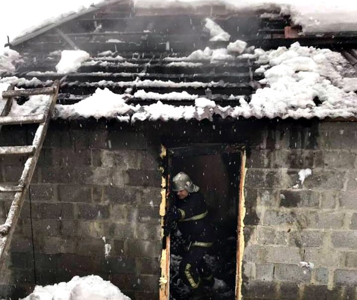 У селі Хмільник внучка врятувала дідуся від смерті під час пожежі