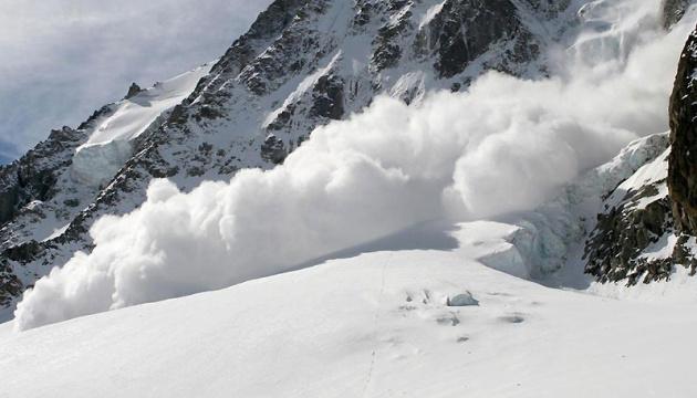 На Закарпатті біля гори Стіг снігова лавина накрила туристів: один чоловік загинув
