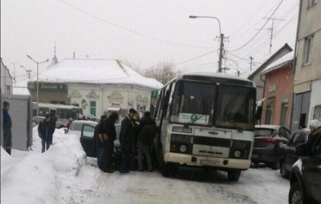 У Мукачеві рейсовий автобус та легковик потрапили у ДТП