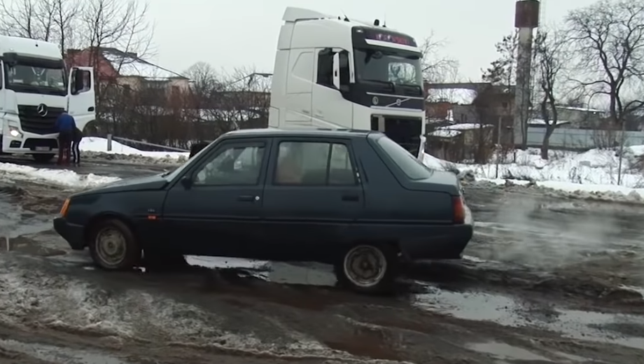 Патрульні, дорожники та чиновники з'їхались у Мукачево, аби вирішити проблему жахливих доріг