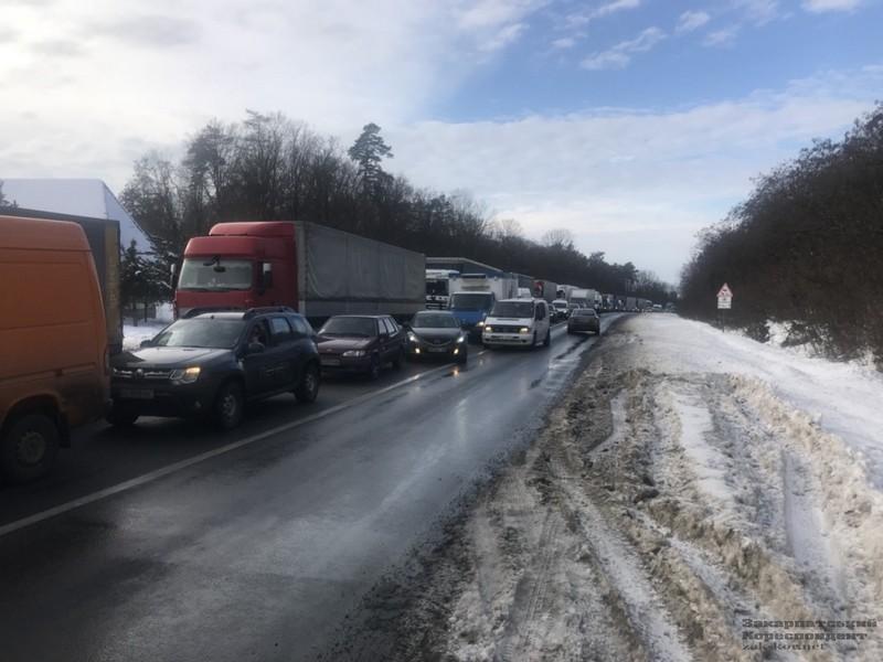 Внаслідок масштабної аварії на трасі Київ-Чоп біля села Глибоке постраждало 7 людей