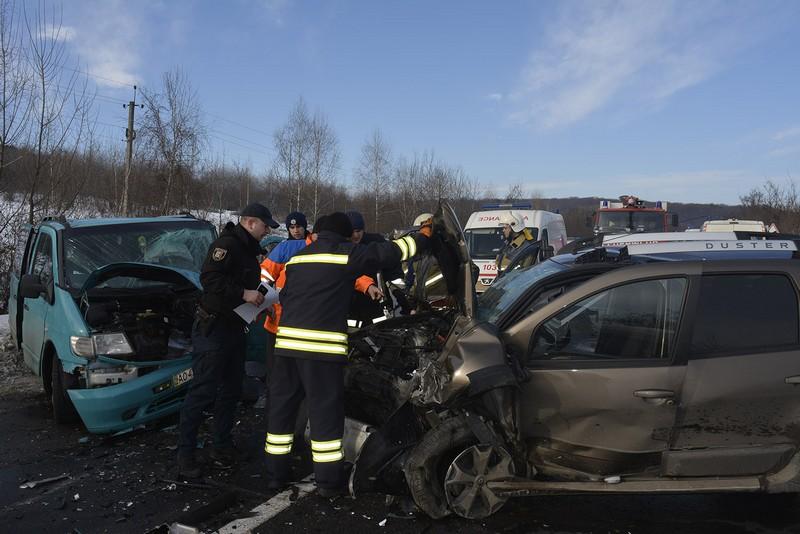 Травма черепа і розрив селезінки: мукачівець постраждав у масштабній аварії на трасі Київ-Чоп