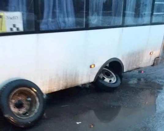 В Ужгороді під час руху від маршрутки відвалилось колесо
