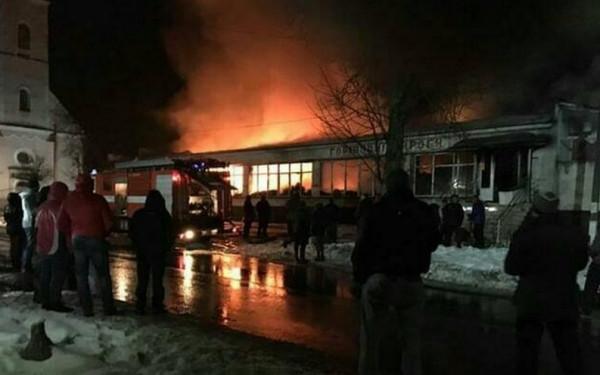 У будівельному магазині сталася пожежа. Вогонь гасили майже 3 години