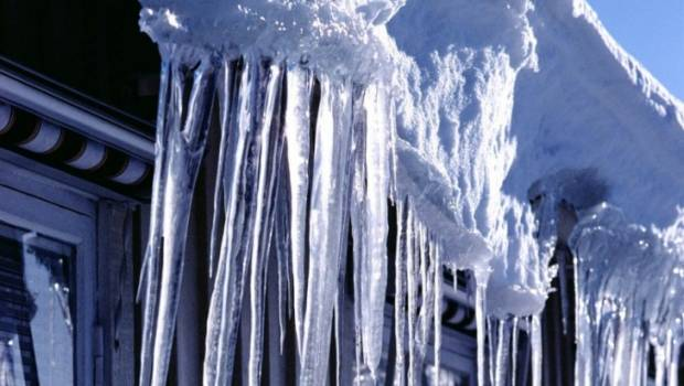 Жінку з Ужгорода, на яку впала брила снігу, госпіталізували