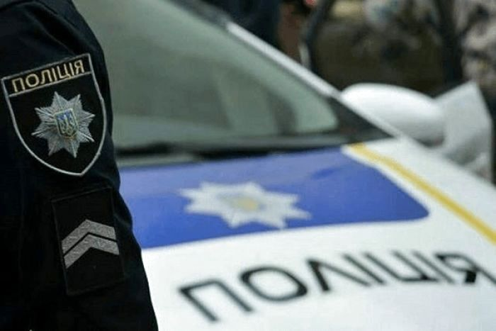 """Водій """"зупинився"""", коли в'їхав у дерево: патрульні оприлюднили відео нічних пригод в Ужгороді"""
