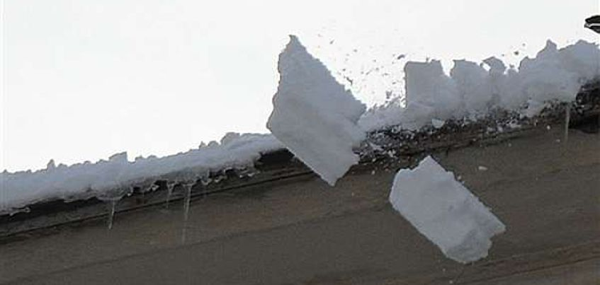 В Ужгороді на вулиці Швабській на голову жінки впала брила снігу