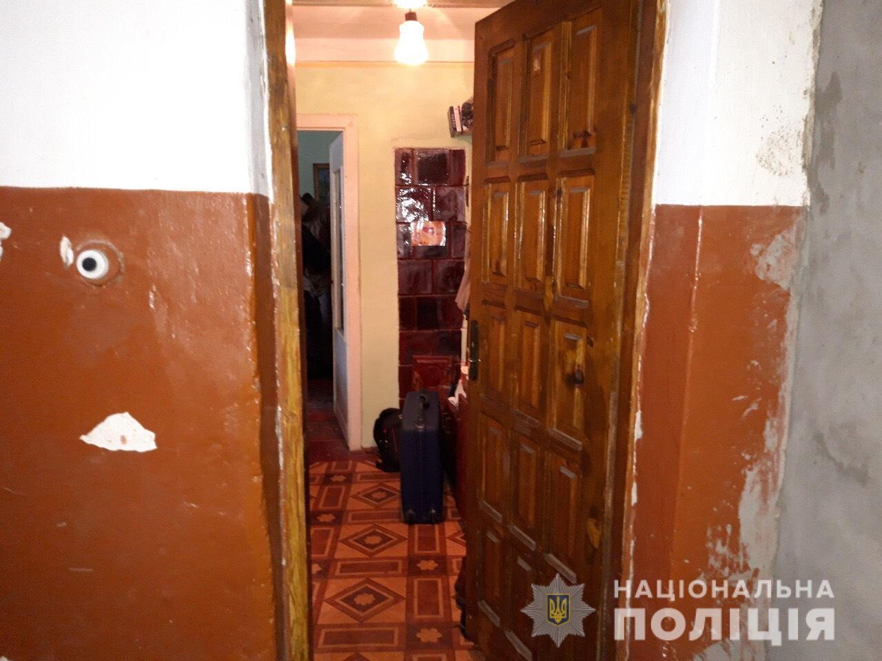 Озброєні чоловіки у Виноградові увірвалися у чужий дім і пограбували іноземця