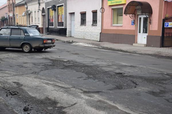 Яма на ямі: дороги Мукачева вкриті вибоїнами