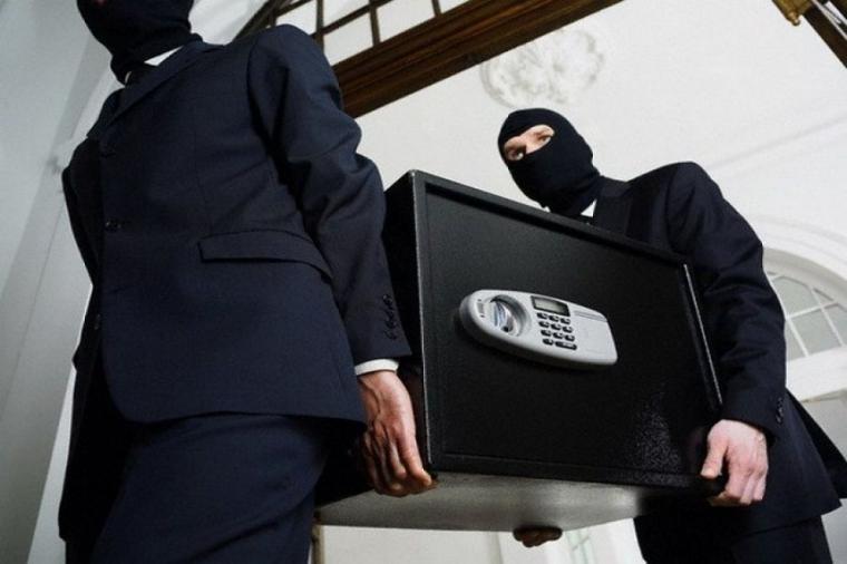 Двоє чоловіків 28-ми та 30-ти років проникли у будинок 62-річної жительки села Онок і винесли звідти сейф із значною сумою грошей