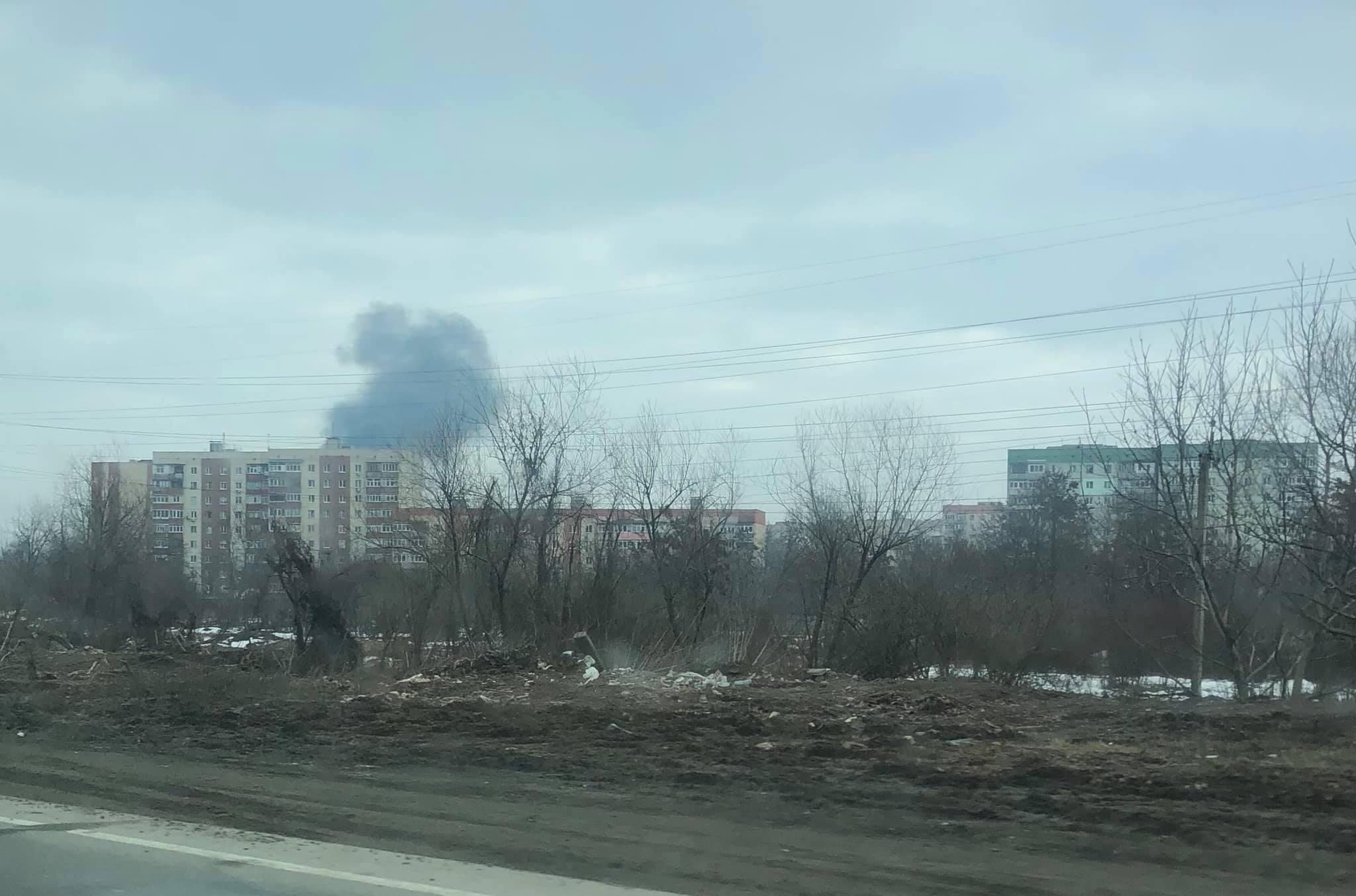 У Мукачеві в мікрорайоні Росвигово пожежа: горить будівля
