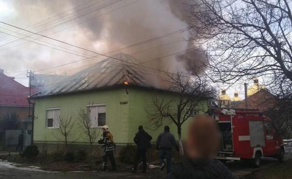 Пожежа у Мукачеві: троє людей були в будинку і не підозрювали, що їх дім палає