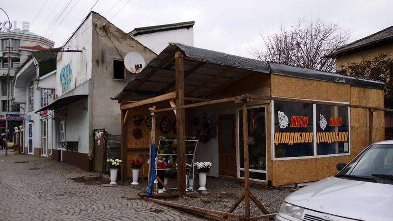 В Ужгороді жінка-підприємець без документів встановила МАФ на площі Корятовича