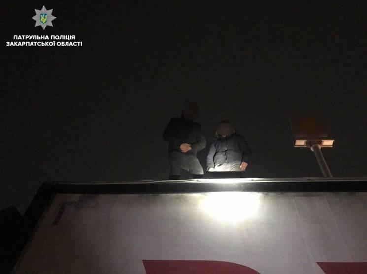 У Мукачеві поліція спіймала двох нелегалів на даху вантажівки