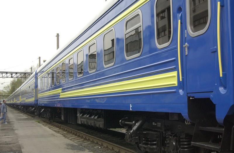 """У людей порізані руки: в потязі """"Київ-Рахів"""", між містами Гнівань та Хмельницький, травмували пасажирів"""